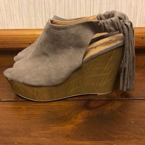 Wedges with suede material and fringes on back